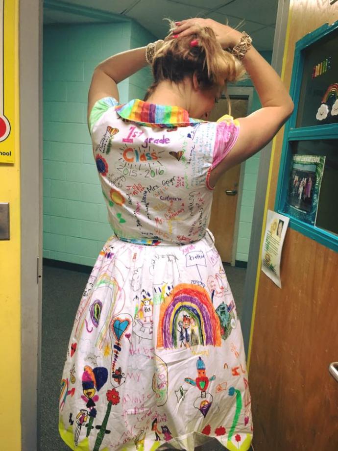 Учительница разрешила детям раскрасить ее платье и взорвала соцсети: опубликованы фото (2)