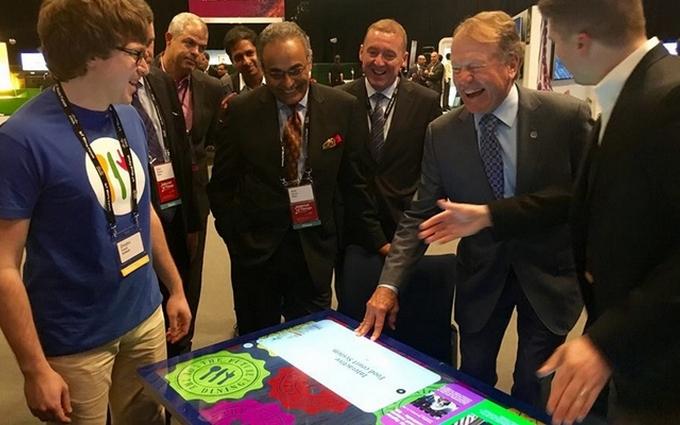 Глава CISCO купил интерактивный стол от украинского стартапа