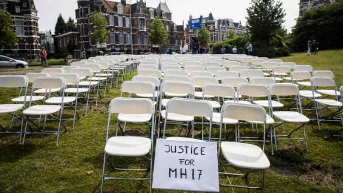 Акція порожніх стільців: сім'ї жертв катастрофи МН17 влаштували потужну акцію біля посольства Росії в Гаазі (1)