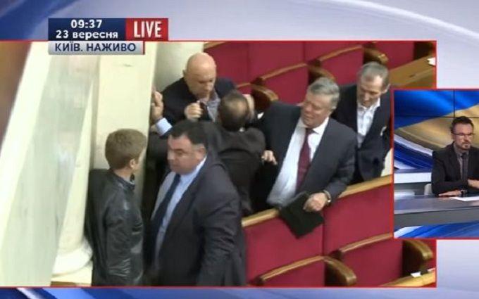 У Раді знову побилися депутати: опубліковано відео