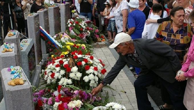 Українцям розповіли, як бойовики ДНР роблять шоу з пам'ятників: з'явилися фото