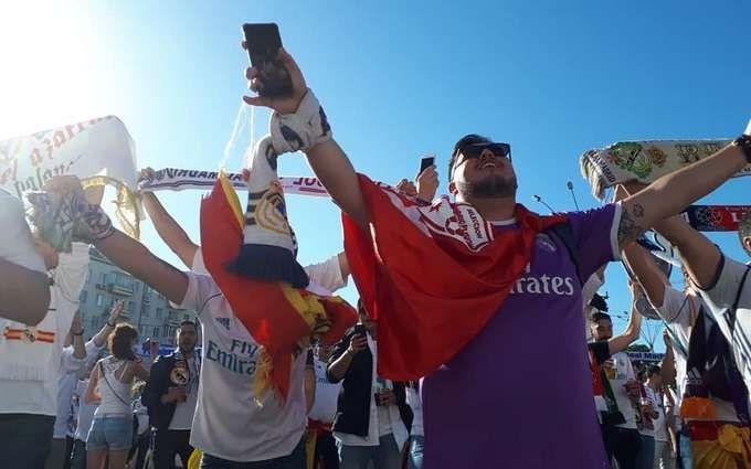 """Як фанати """"Реала"""" і """"Ліверпуля"""" гуляють по Києву перед фіналом Ліги чемпіонів: яскраві фото та відео"""