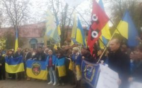 На Донбасі мітингують проти відведення українських військ: з'явилися фото
