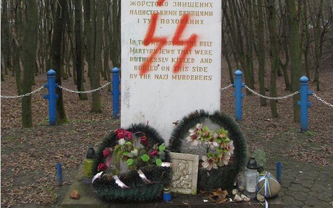 Монумент жертвам Холокоста вТернополе осквернили свастикой