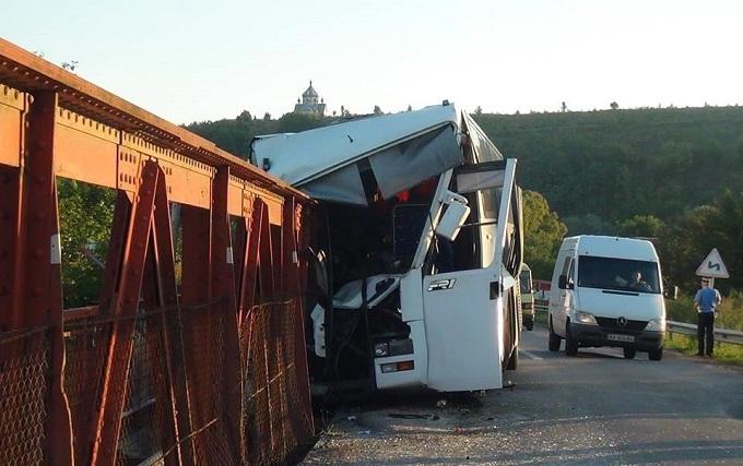 На Прикарпатті потрапив у ДТП автобус з пасажирами: фото з місця аварії
