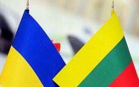 Неизвестные в Киеве бросили дымовую гранату под здание посольства Литвы