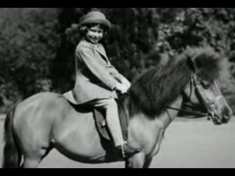 90-летняя королева Великобритании прокатилась на пони в элегантном наряде: появились фото (3)
