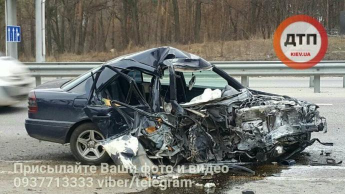 Під Києвом Mercedes розмочалило в страшній аварії: опубліковані фото (1)