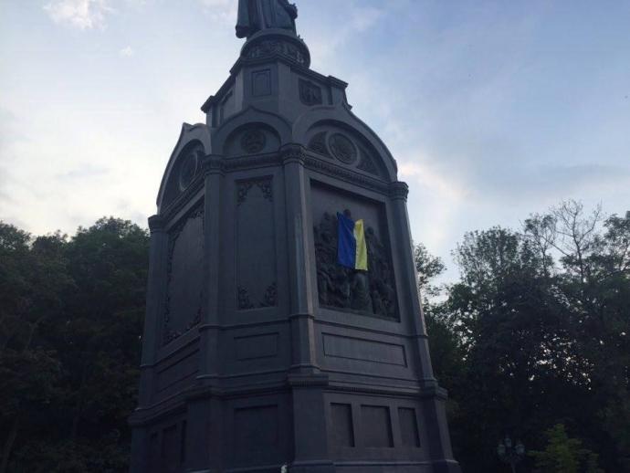 Хресну ходу вирішили зустріти прапором України на князі Володимирі: з'явилися фото і відео (1)
