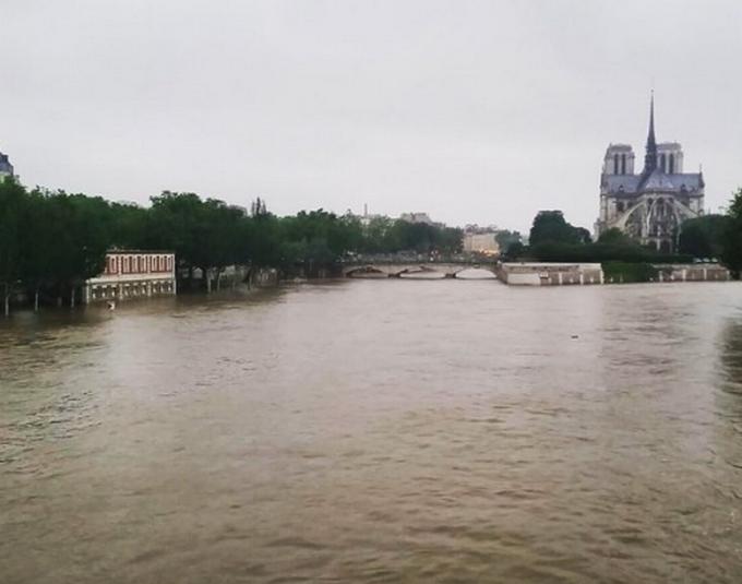 Париж затопила річка Сена, яка вийшла з берегів: з'явилися фото і відео (1)