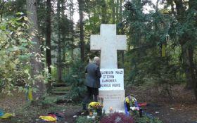 Проросійський пропагандист вчинив наругу над могилою Бандери - відео