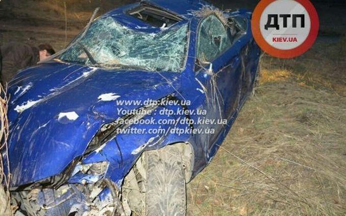 В Киеве иномарка снесла остановку: опубликованы фото