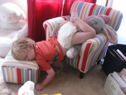 15 малышей, которые могут уснуть где угодно (15 фото) (1)
