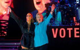 """Американская певица """"пятой точкой"""" поддержала Клинтон: появились фото"""