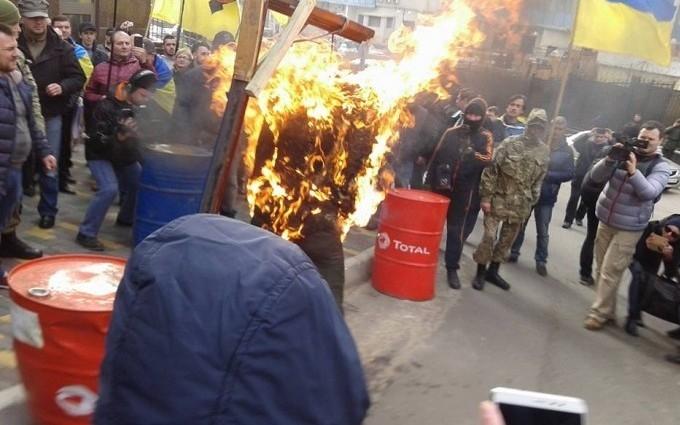 """В Одессе штурмовали консульство России и сожгли """"Путина"""": опубликованы фото и видео"""