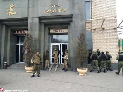 В центре Киева захватили отель и грозят устроить новый Майдан: появились фото и видео (1)