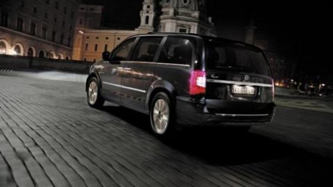 Chrysler Town & Country примерял логотип Lancia (4 фото) (2)