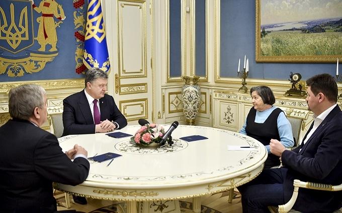 Порошенко рассказал маме Савченко, что делает для освобождения летчицы