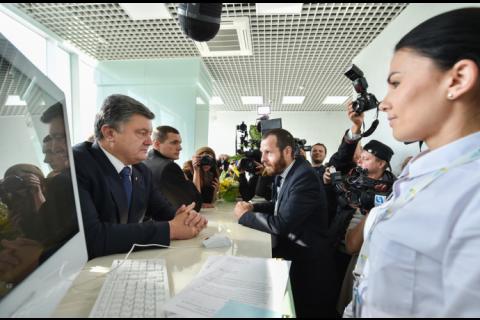 Робоча поїздка президента почалася з відкриття Центру обслуговування громадян Одеської міської ради (8 фото) (2)