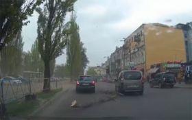 Сильный ветер в Киеве: в сети появилось драматичное видео из столицы