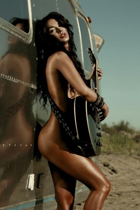 Фото голая девушка с гитарой