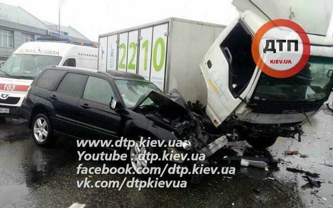 П'яні пішоходи стали причиною серйозної аварії в Києві: з'явилися фото