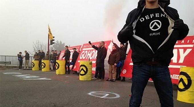 Французские националисты на митинге против мигрантов палят шины: появились видео и фото (3)