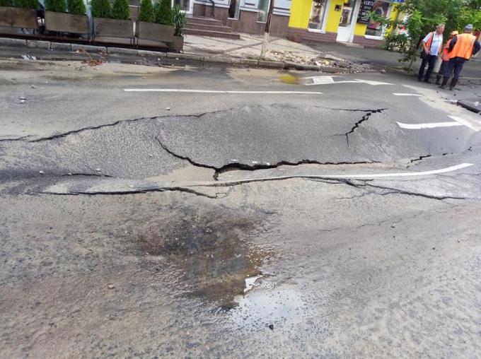 После ливня в центре Киева провалился асфальт: опубликованы фото (2)