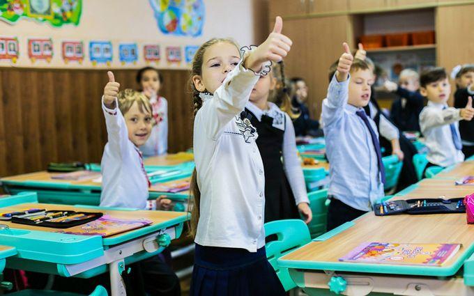 Нові парти та інтерактивні дошки: Гройсман показав нову українську школу