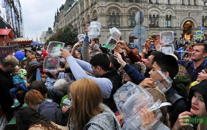 Тиснява через салат в центрі Москви насмішила соцмережі: опубліковано відео