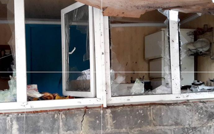 Бойовики ДНР обстріляли Мар'їнку з танків: з'явилися фото розбитих будинків (2)
