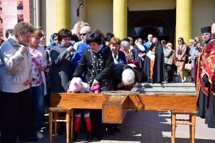 На Прикарпатье прошел масштабный крестный ход за победу и мир: появилось впечатляющее видео (6)