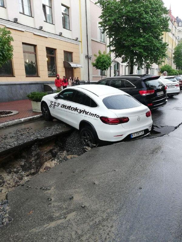 У центрі Києва на Подолі посеред дороги провалився асфальт (1)