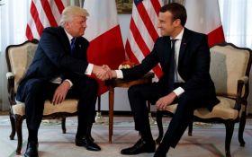 Трамп вирішив подарувати Макрону шматок оббивки стільця