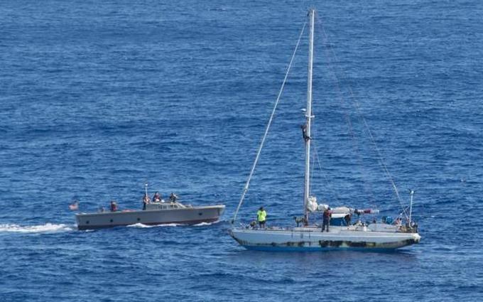 Півроку дрейфу: в Тихому океані врятували спортсменок з США і їх собак