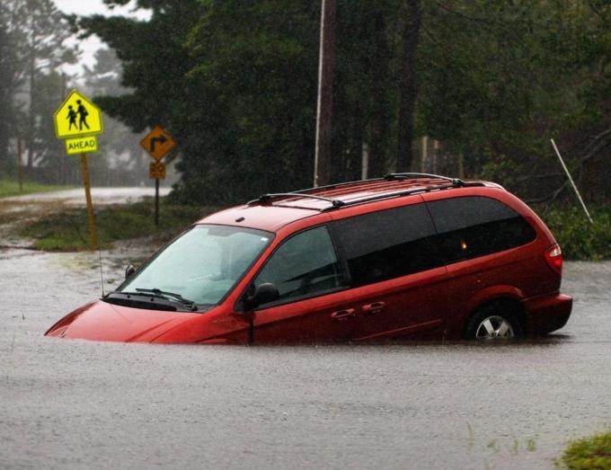 Міста пішли під воду, гинуть люди: моторошні фото і відео наслідків потужного урагану Флоренс в США (1)