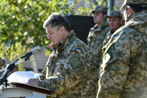 З нагоди Дня захисника України Порошенко нагородив 153 військовослужбовців