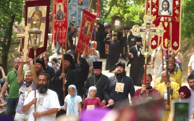 Зняти хрест, щоб пройти до Володимира: з'явилося яскраве відео хресної ходи