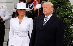 Дружина Дональда Трамп відмовилася взяти його за руку під час зустрічі з Макроном: опубліковано відео