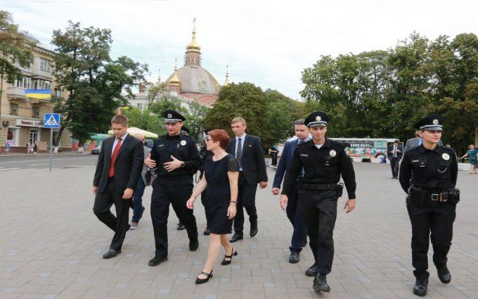 Новий посол США допомогла поліції патрулювати Маріуполь: з'явилися фото