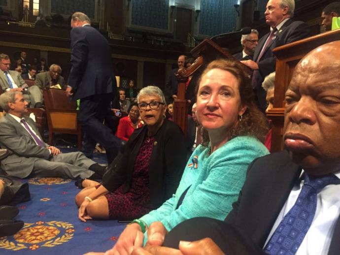У Конгресі США влаштували сидячий страйк через важливий закон: опубліковані фото (2)