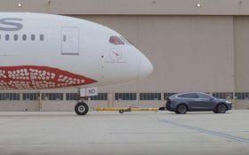 Tesla Model X отбуксировал 126-тонный самолет: опубликовано впечатляющее видео