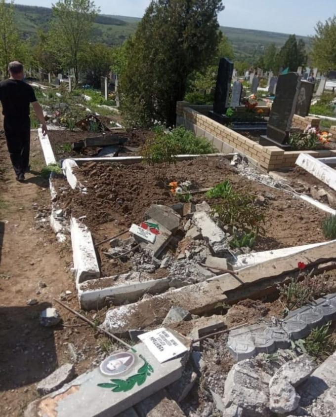 Бойовики танком рознесли кладовище на окупованій Луганщині (2)