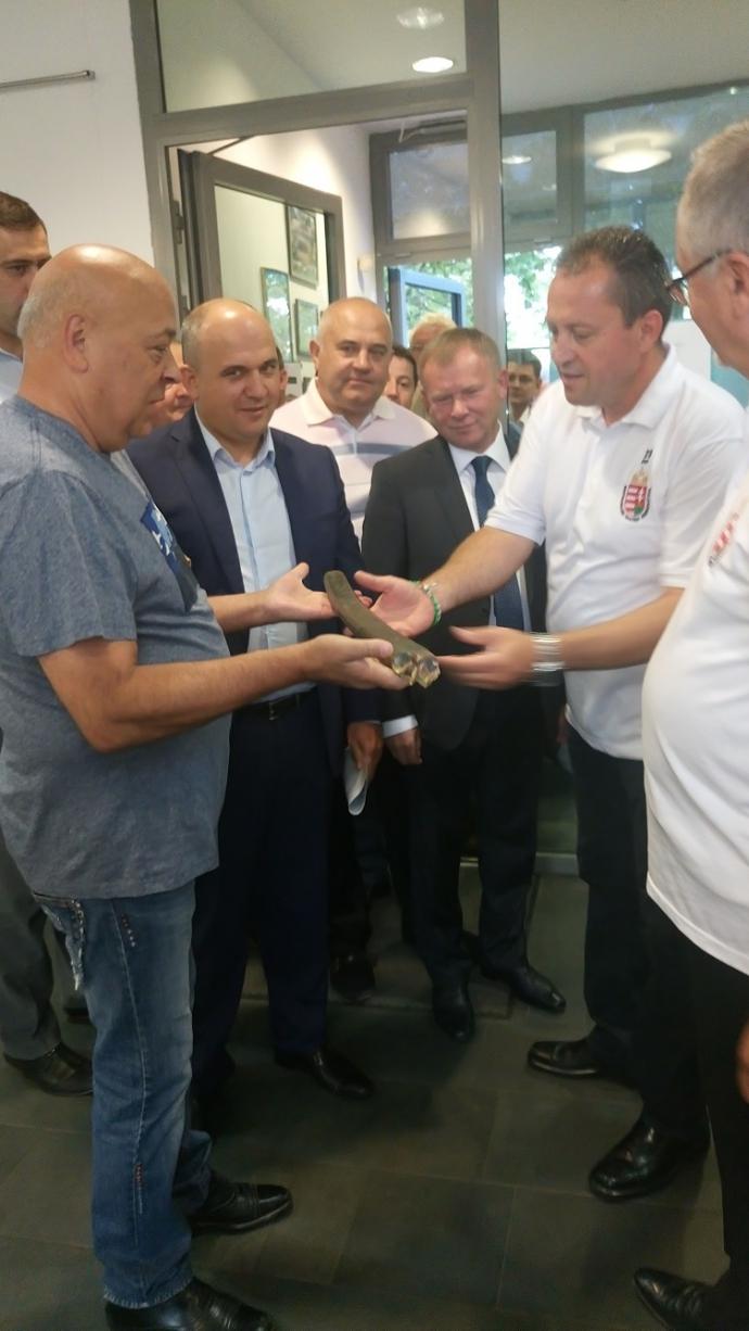 Москаль відзначився неординарним подарунком генконсулу Угорщини: опубліковано фото (1)