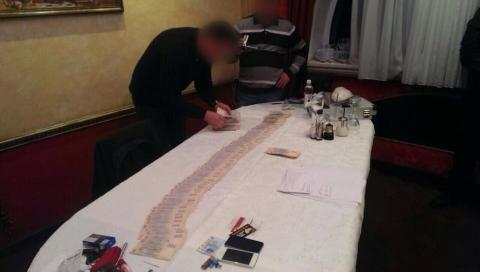 ГПУ затримала двох чиновників ГФС на хабарі в 115 тис. Грн (2 фото) (1)