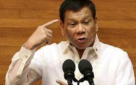 Президент Філіппін поцілувався з незнайомкою на офіційній зустрічі: з'явилось відео