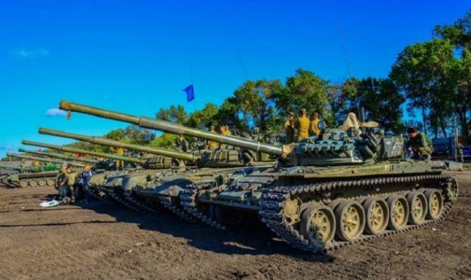 """Прості """"шахтарі і трактористи"""": з'явилися відео та фото танкового біатлону бойовиків ДНР"""