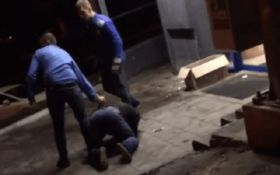 В Киеве охранники супермаркета избили человека: сеть возмутило видео