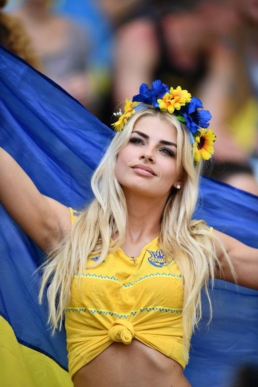 Украинская болельщица поразила своей красотой на Евро-2016: опубликованы фото (1)