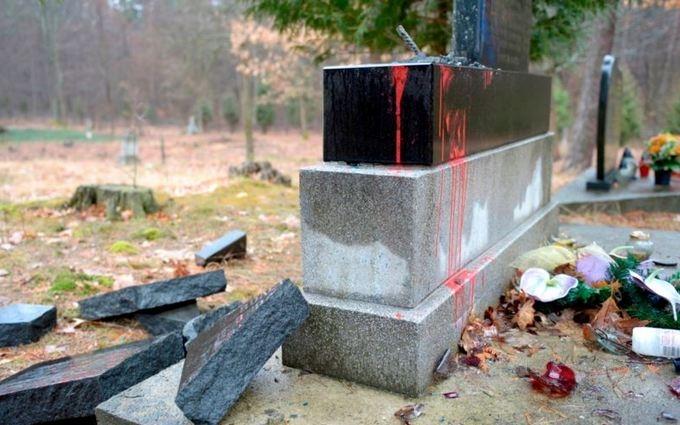 В Польше идейные соратники Путина разгромили памятник УПА: появилось фото и видео